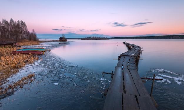 Topnienie lodu na jeziorze