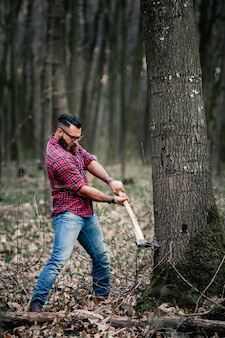 Topór człowiek lumberjack brodaty broda