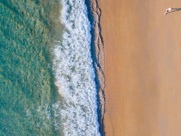 Topview plaża piasek i surfowanie widok z lotu ptaka tropikalna plaża na morzu andamańskim phuket tajlandia