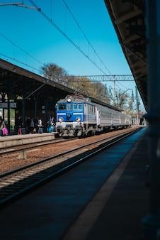 Tor kolejowy dworca głównego z przyjeżdżającym pociągiem do gdańska