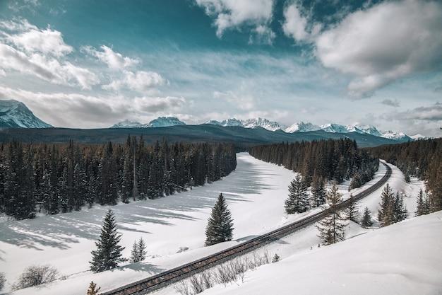 Tor kolejowy w banff w kanadzie w pobliżu morants curve