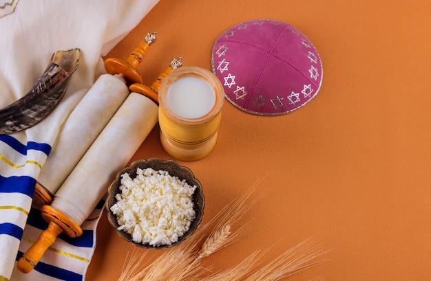 Tora i jarmułka na obchody tradycyjnego żydowskiego święta szawuot na koszerne produkty mleczne