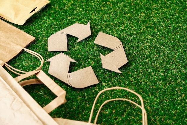 Torba ekologiczna z papieru kraftowego. ekologiczna koncepcja konsumpcji