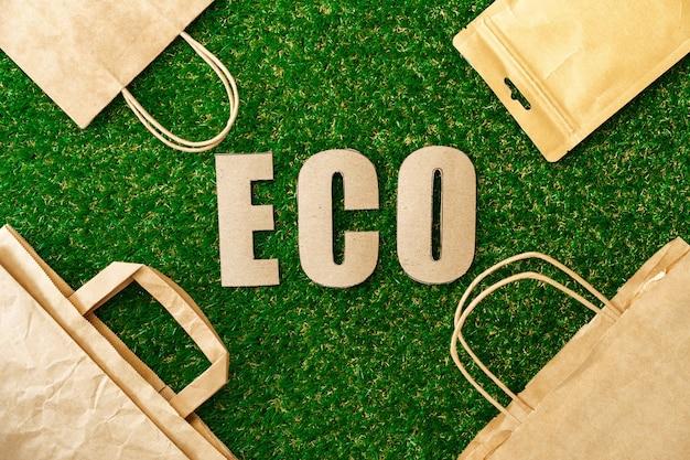 Torba ekologiczna z papieru rzemieślniczego przyjazna dla środowiska koncepcja konsumpcji