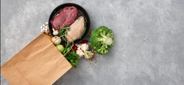 Torba na zakupy spożywczy z zdrowego jedzenia odgórnym widokiem na betonowej kopii przestrzeni