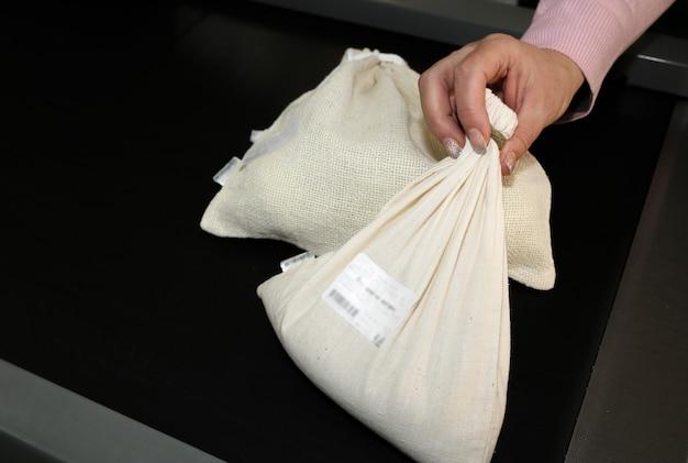 Torba na zakupy wielokrotnego użytku z metkami. brak plastiku jednorazowego użytku w supermarketach. ekologiczne i przyjazne środowisku opakowania. tkaniny płócienne i lniane. zapisz koncepcję natury.