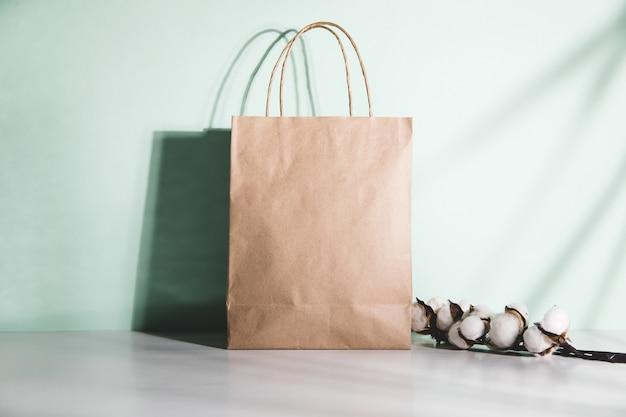 Torba na zakupy z gałązką bawełny na stole