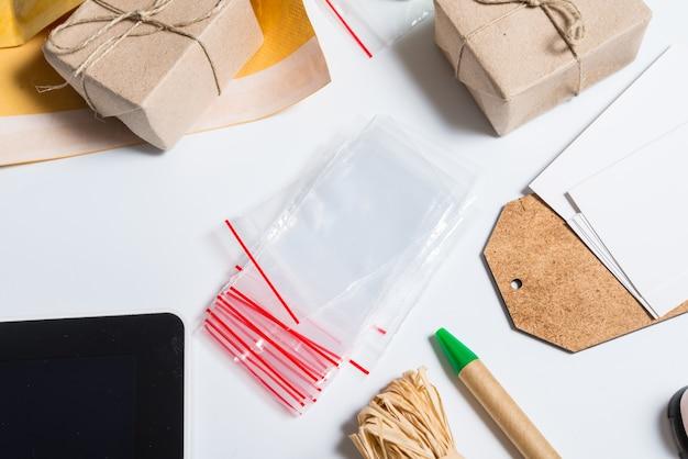 Torba na zamek błyskawiczny i materiały do dobrego pakowania na biurku