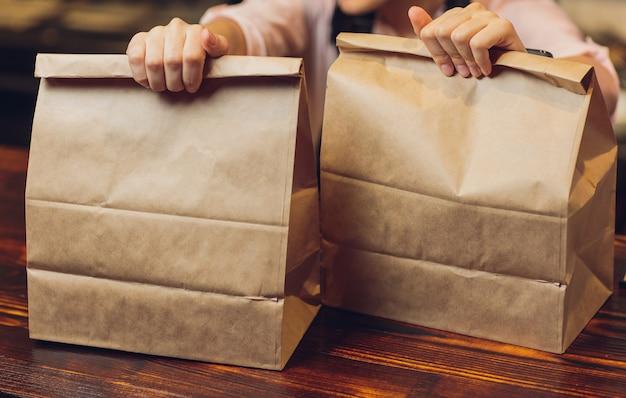Torba papierowa deser czeka na klienta na ladzie w nowoczesnej kawiarni kawiarni