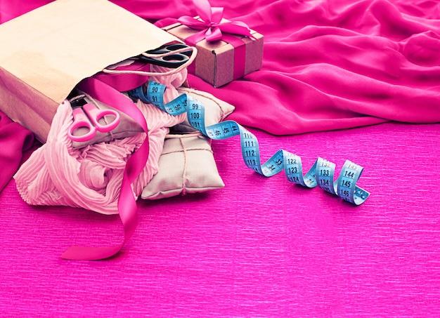 Torba papierowa, narzędzia do zakupów i materiały do kreatywności i hobby.