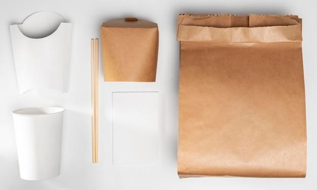 Torba papierowa pod wysokim kątem z opakowaniem do fast foodów