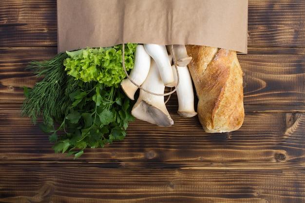 Torba papierowa różnych zdrowej żywności na brązowym drewnianym