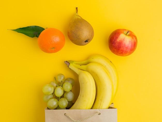 Torba papierowa różnych zdrowej żywności na brązowym papierze torba na zakupy z owocami