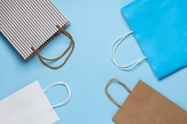 Torba papierowa, torba na zakupy w klasycznym niebiesko-białym kolorze na niebieskim tle