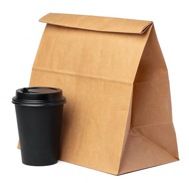 Torba papierowa z filiżanką kawy na białym tle