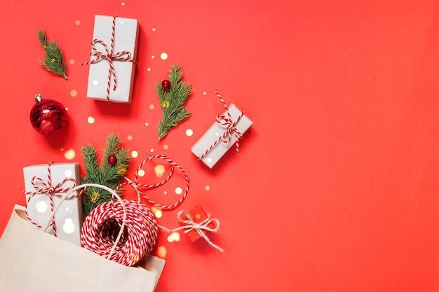 Torba papierowa z prezentami i dekoracjami świątecznymi