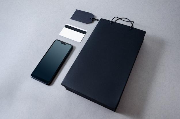 Torba papierowa z widokiem z góry na kartę kredytową i telefon komórkowy