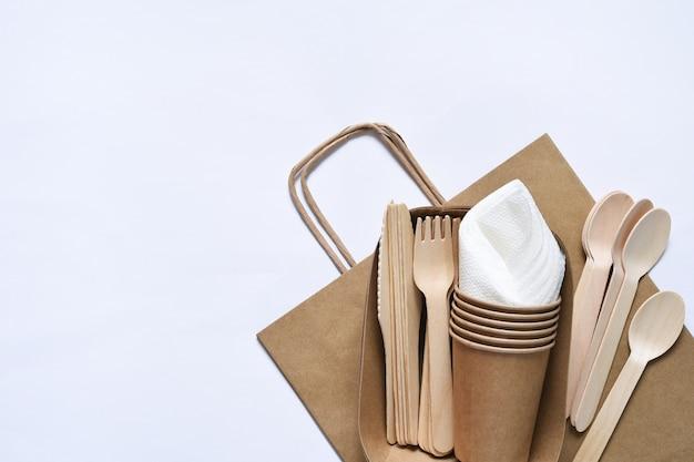 Torba papierowa z zestawem piknikowym, widelcem, serwetkami szklanymi dbanie o środowisko