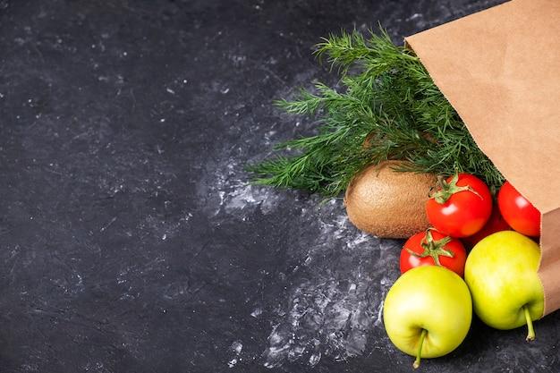 Torba papierowa ze zdrową żywnością