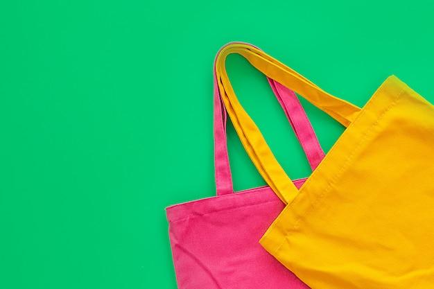 Torba płócienna lub materiałowa wykonana z naturalnych materiałów z zielonym tłem.