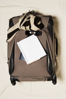 Torba podróżna i notatnik z widokiem z góry