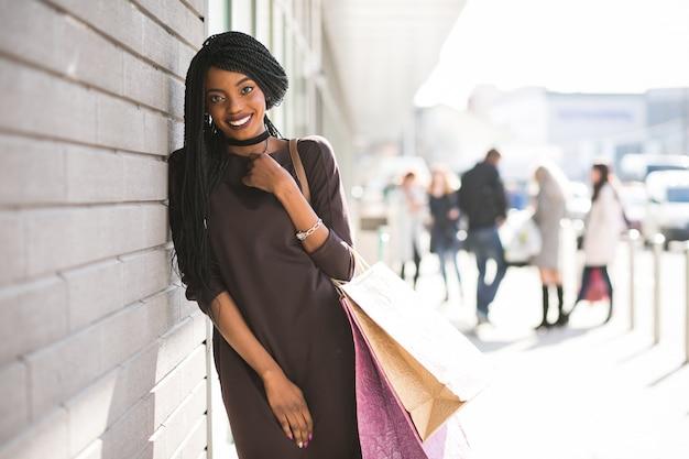 Torby afrykańskie dziewczyna zakupy kobieta
