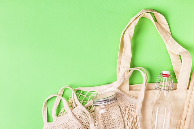 Torby bawełniane i szkło do bezpłatnych zakupów plastikowych. koncepcja zero waste.