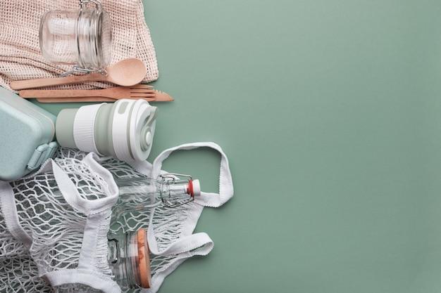 Torby bawełniane, kubek wielokrotnego użytku, butelki szklane i słoik