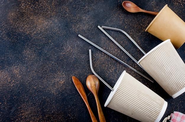 Torby ekologiczne, bambusowa szczoteczka do zębów, słomki wielokrotnego użytku i zastawa stołowa z recyklingu