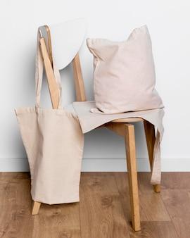 Torby na zakupy na krześle w pomieszczeniu