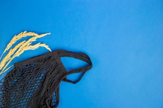 Torby na zakupy wielokrotnego użytku na niebieskim tle