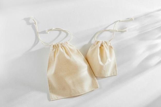 Torby na zakupy z tkaniny wielokrotnego użytku. zero odpadów, koncepcja bez plastiku.