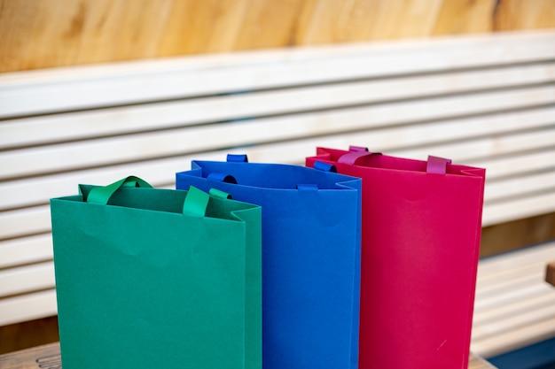 Torby papierowe na zakupy. koncepcja sprzedaży na drewniane