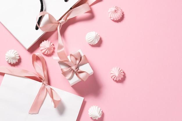 Torby papierowe z prezentami i ciasteczkami bezowymi