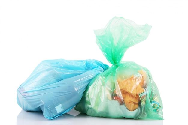 Torby pełne śmieci na białym tle