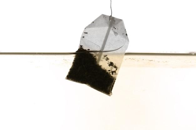 Torebka herbaty zanurzona w gorącej wodzie