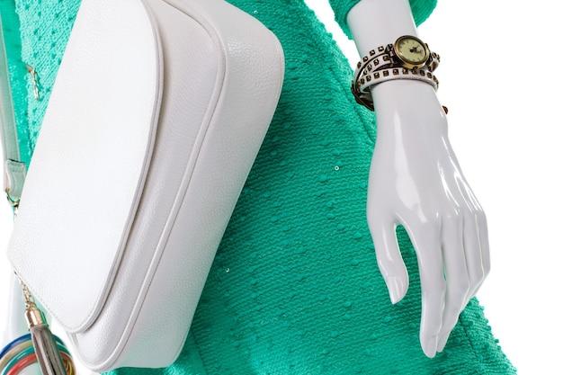 Torebka z zegarkiem na manekinie. biała damska torebka i zegarek. klasyczny zegarek na rękę na wyświetlaczu. wyprzedaż stylowych akcesoriów retro.