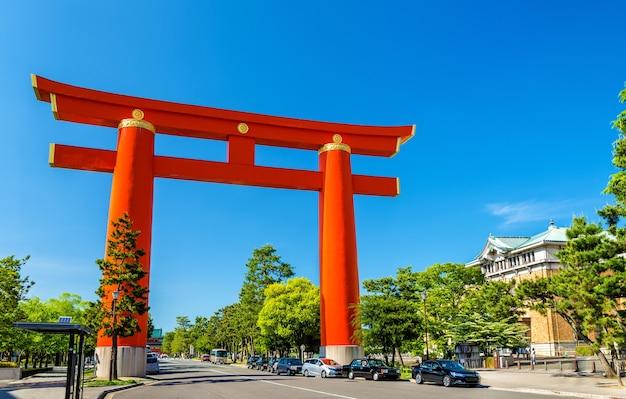 Torii z heian shrine w kioto - japonia