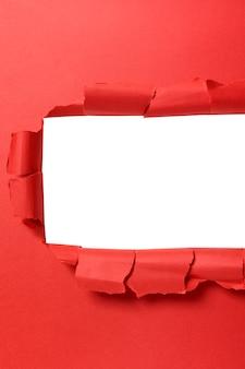 Torn papieru czerwone tło pionowe