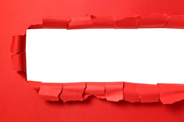Torn papieru czerwone tło