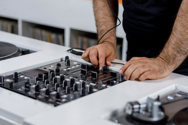 Tornamesa de dj con disco de vinil y audifonos concepto de musica retro