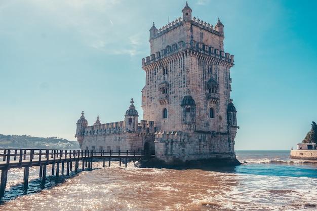Torre De Belem W Portugalii Z Rzeką Premium Zdjęcia
