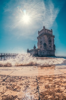 Torre de belem w portugalii z rzeką