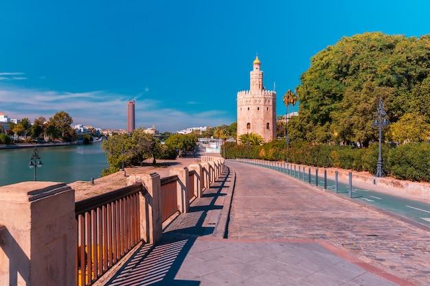 Torre del oro w słonecznym dniu w seville, hiszpania