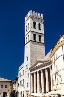 Torre del popolo w asyżu umbria, włochy