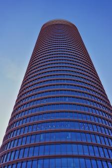 Torre sevilla lub torre pelli (wieża sewilli lub wieża pelli), najwyższy budynek w mieście. widok z dołu w słoneczny dzień.