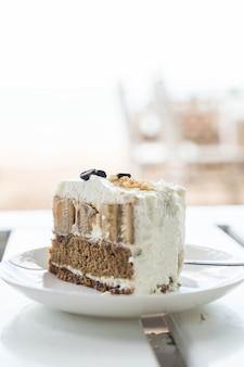Tort banoikowy na talerzu