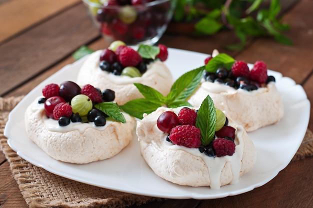 """Tort bezowy """"pavlova"""" ze śmietaną i jagodami"""