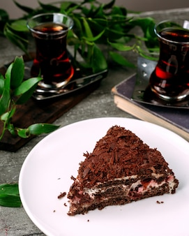 Tort czarnego lasu na stole