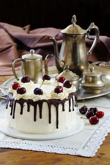 Tort czarny las, schwarzwalder kirschtorte, ciemna czekolada i deser wiśniowy na drewniane tła